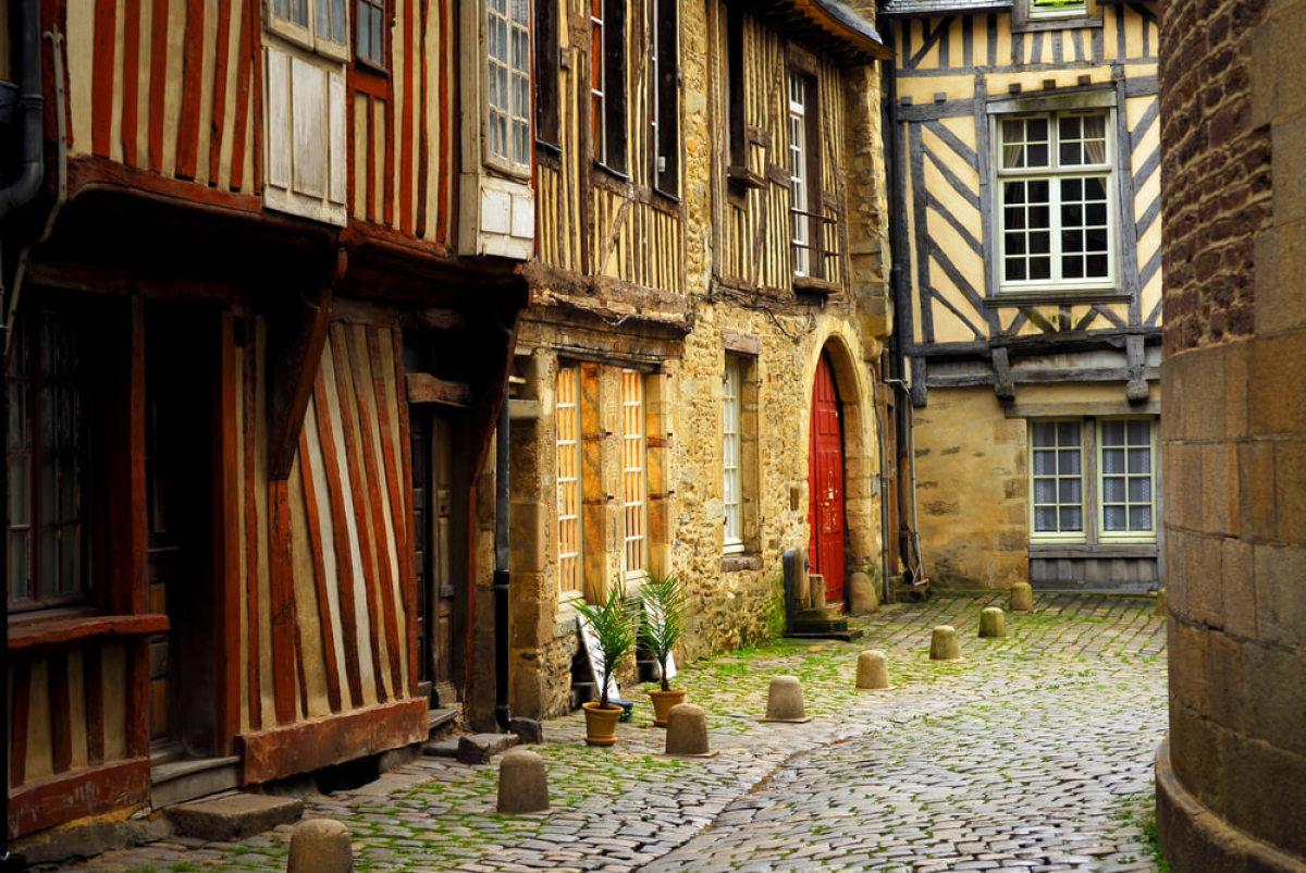 Une rue médiévale au cœur de Rennes... La ville voit encore cohabiter des identités architecturales très contrastées