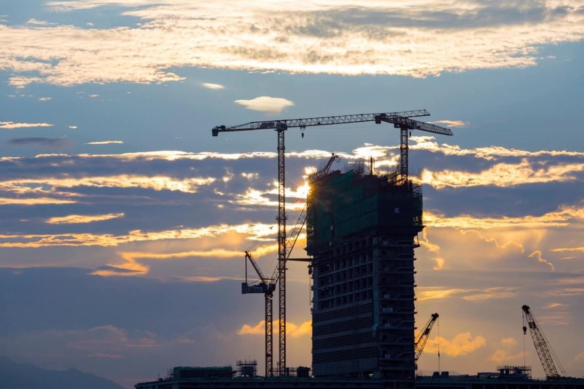 Coucher de soleil sur un chantier