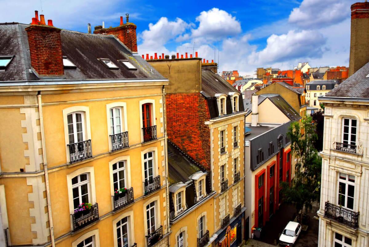Des maisons colorées dans les rues de Rennes