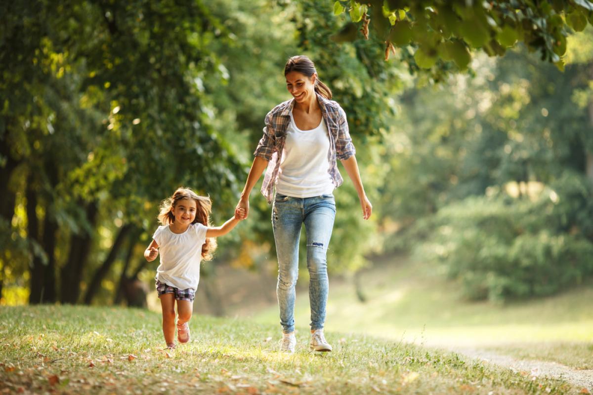 Une mère et sa petite fille jouant dans la nature