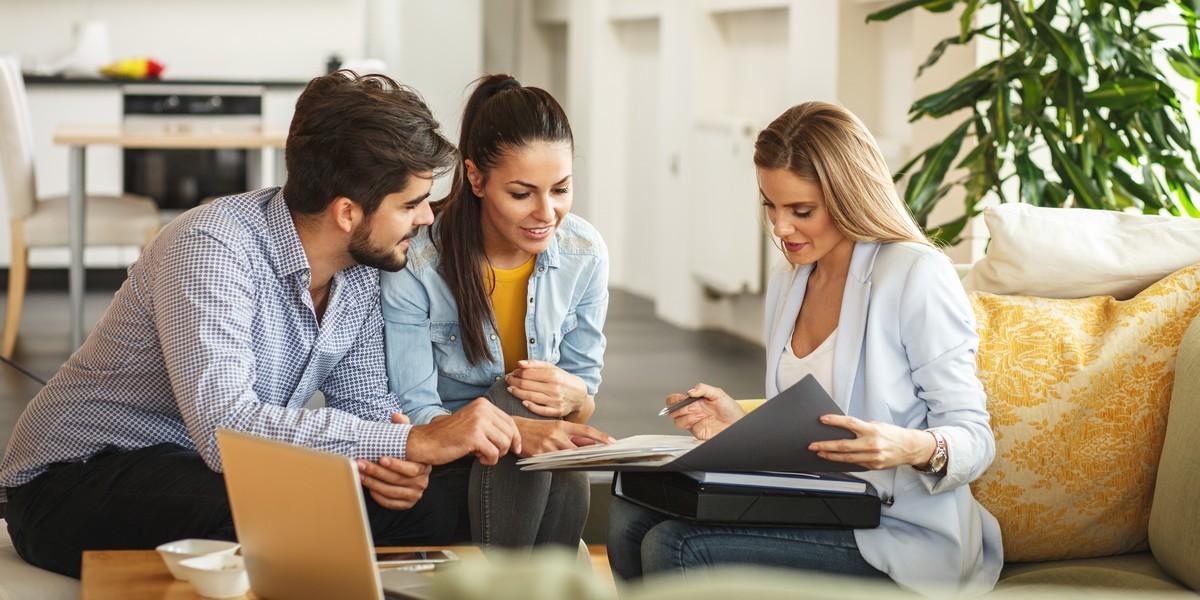 renegocier pret immobilier - Un couple en rendez-vous pour renégocier son prêt immobilier
