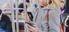 Nouvelle ligne de métro à Rennes – Personne regardant l'écran de son smartphone dans le métro.