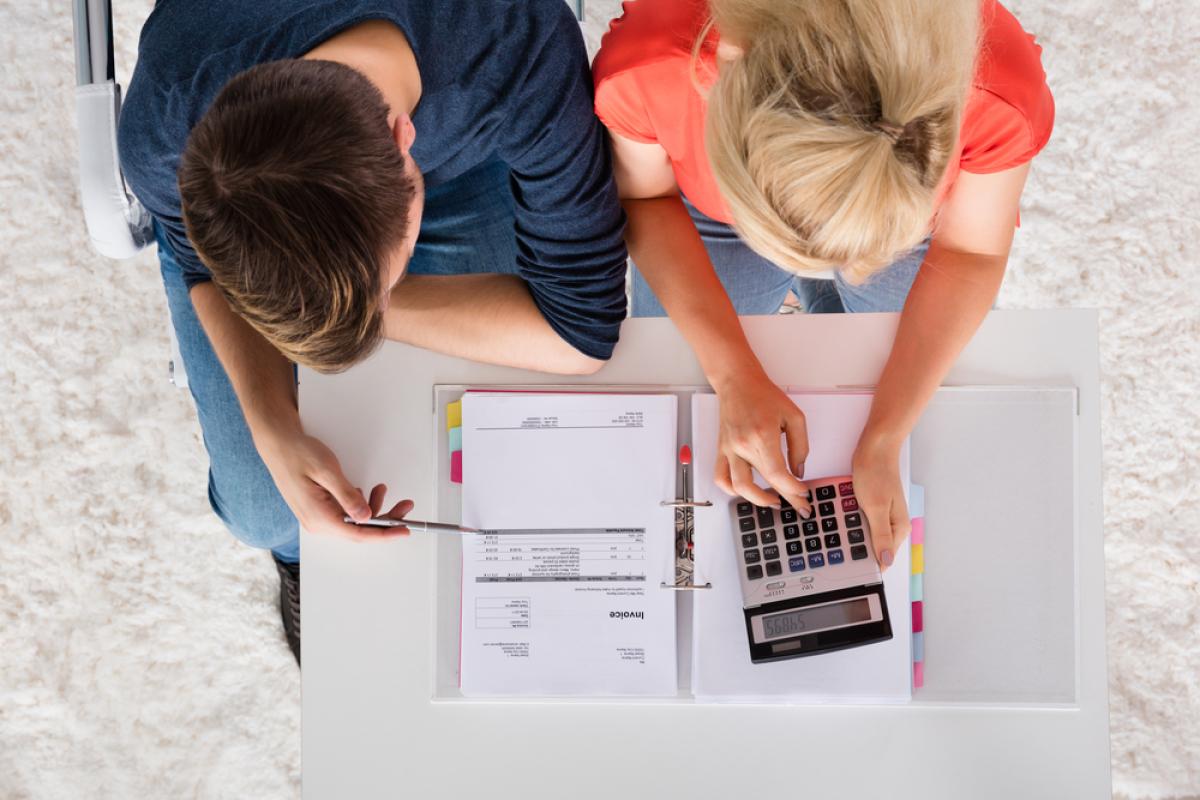 Appartements neufs à Rennes – Couple calculant leurs possibilités de financement pour un appartement neuf à Rennes