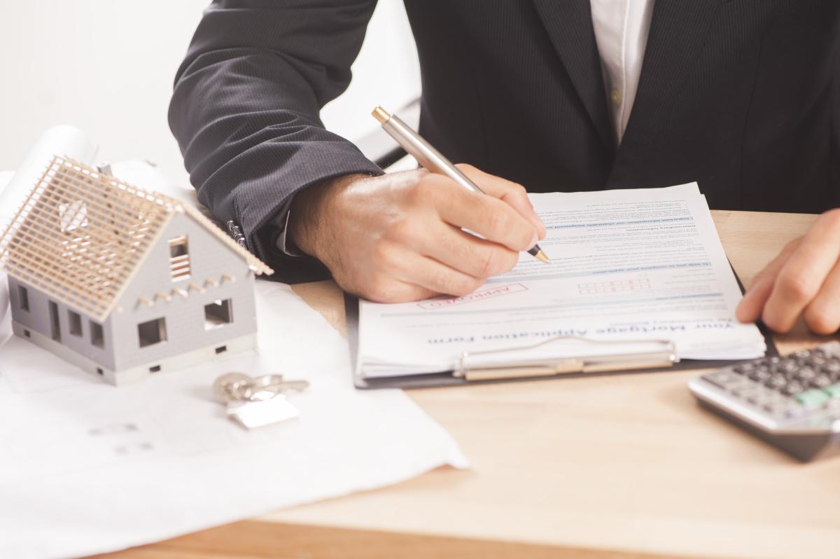 conseils investissement immobilier - Signature d'un acte de vente chez le notaire