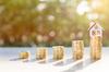 conseils investissement immobilier - Piles de pièces de monnaie symbolisant l'épargne pour un achat immobilier