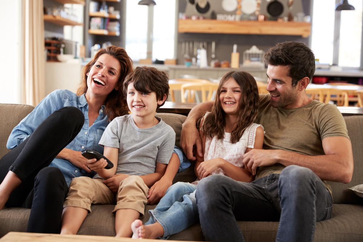 plafond pinel rennes - une famille jouant sur un canapé