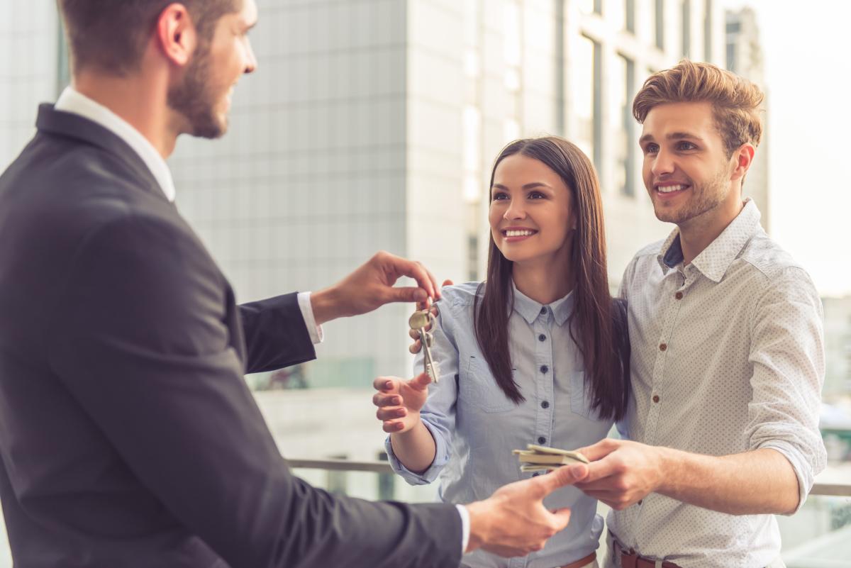 Aide à l'achat immobilier à Rennes – couple recevant la clé de leur appartement neuf à Rennes