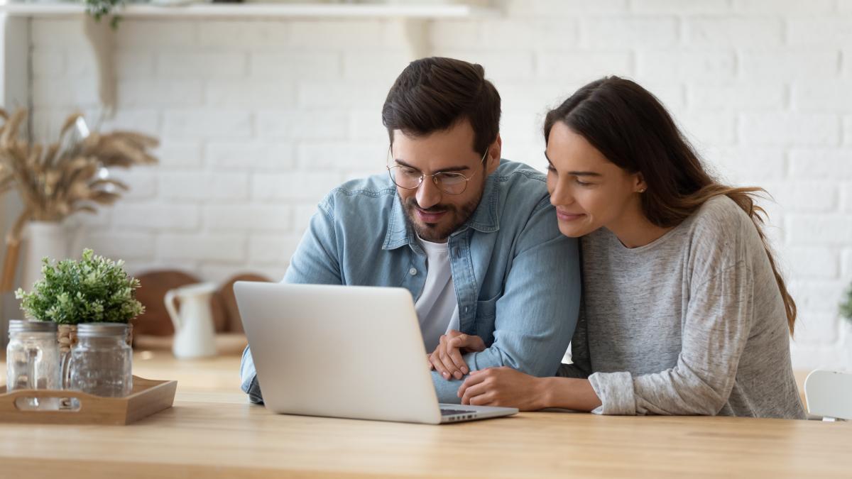 Crédit immobilier à Rennes - Un couple regarde son contrat immobilier