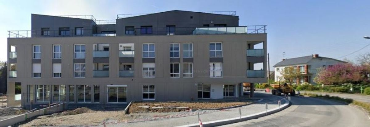 Un grand immeuble moderne sur la rue de la Libération