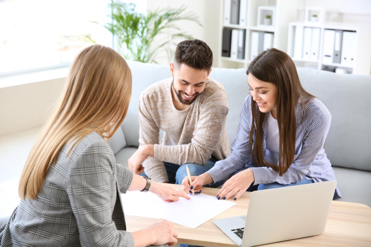 location appartement rennes - un couple signant un bail de location avec l'agent immobilier