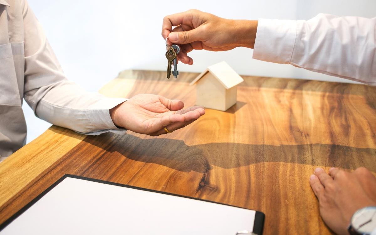 louer appartement rennes - Une remise de clefs après avoir signer un bail de location