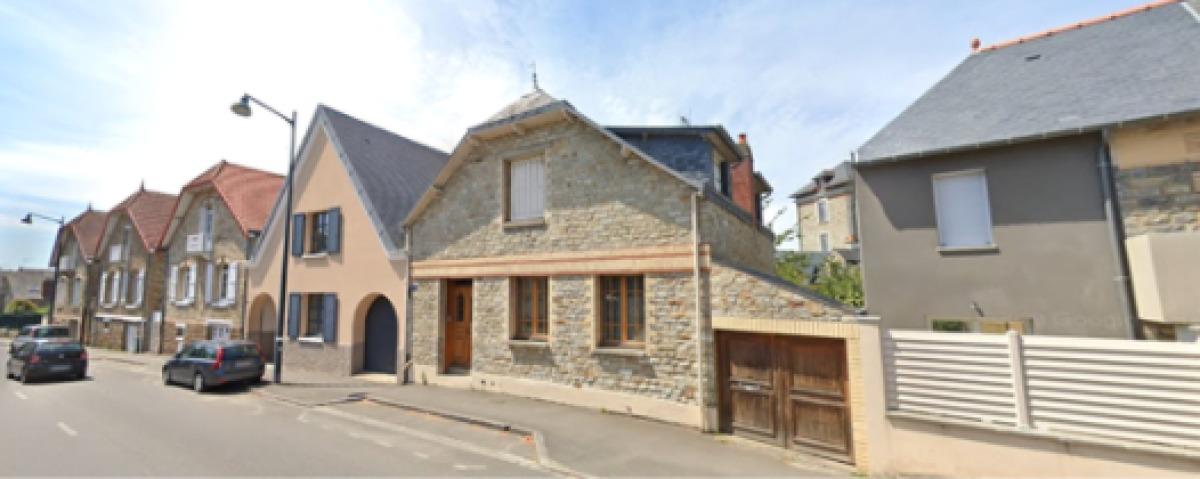 Des résidences avec de belles façades en pierres sur la rue Danton, à Jeanne d'Arc