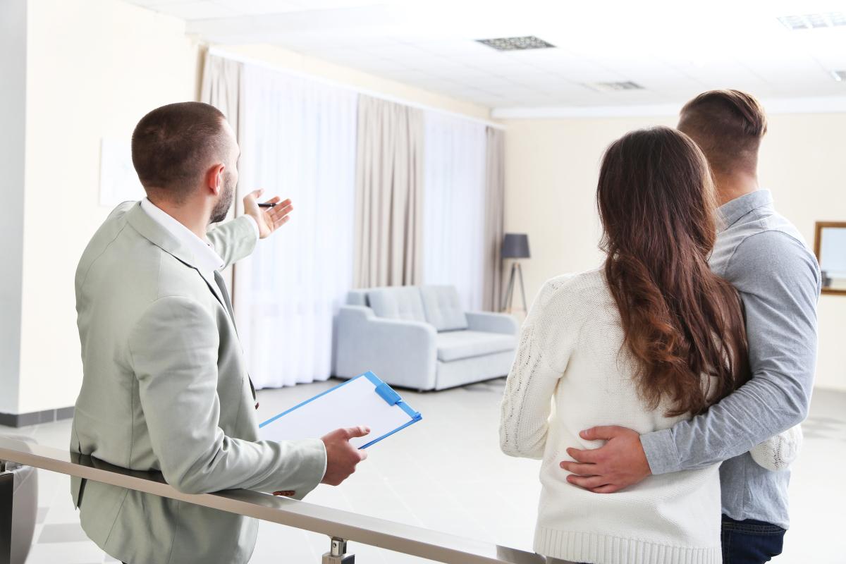 mandat de gestion locative rennes - visite d'un appartement neuf avec un gestionnaire locatif
