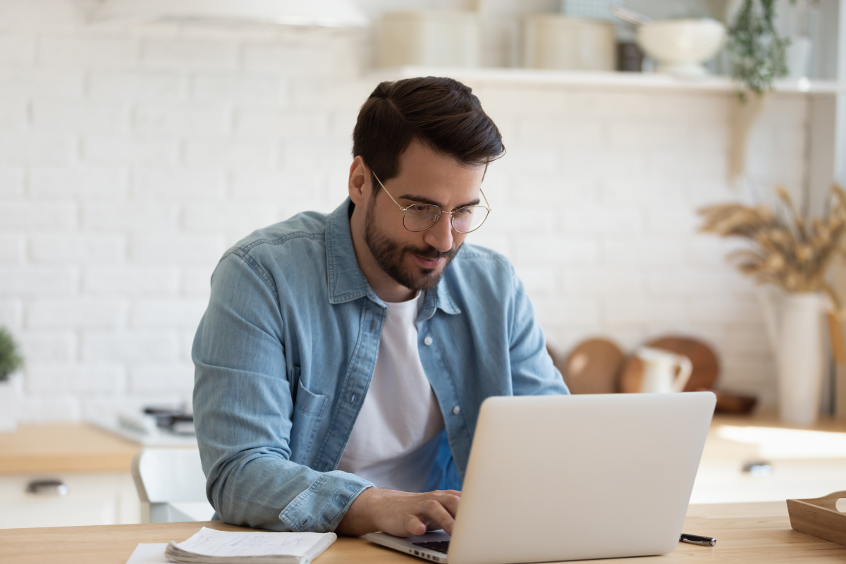agence gestion locative rennes - Un homme sur son ordinateur portable