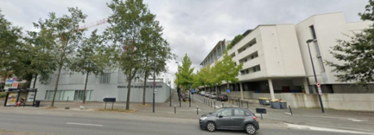 Un immeuble moderne à côté de la mairie de Saint-Jacques-de-la-Lande