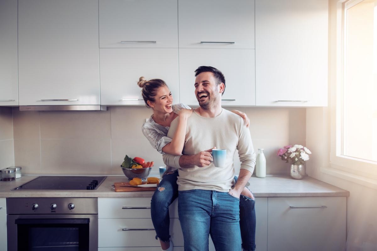 Barème de loyer Pinel 2021 – Couple qui rigole dans sa cuisine