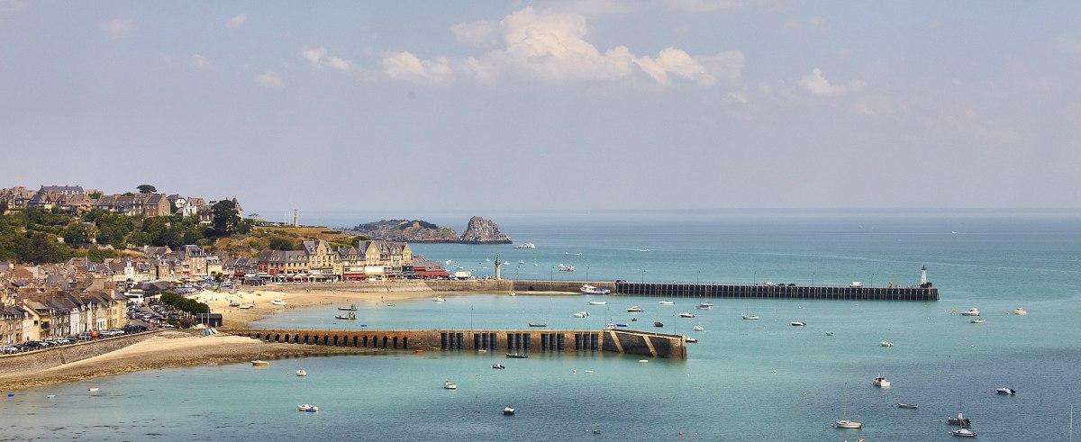 Vue aérienne du port de la houle, à Cancale