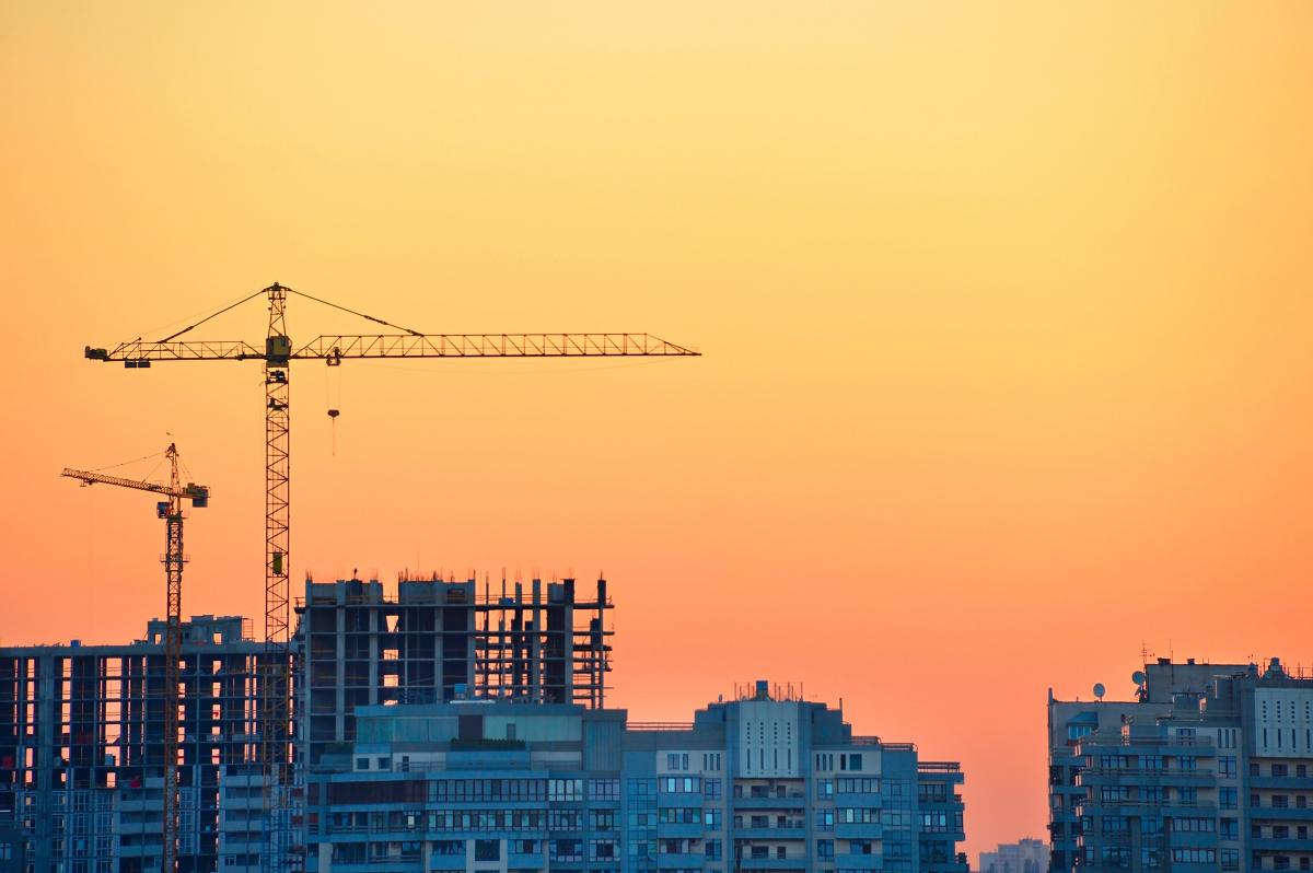 Loi Climat– Vue sur un chantier d'immeubles avec des grues