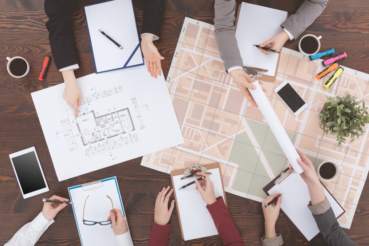 Bois Perrin à Rennes – Personnes en train de travailler sur un plan d'architecte