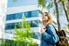 Quartier Le Blosne à Rennes – Jeune femme avec un sac à dos devant des immeubles