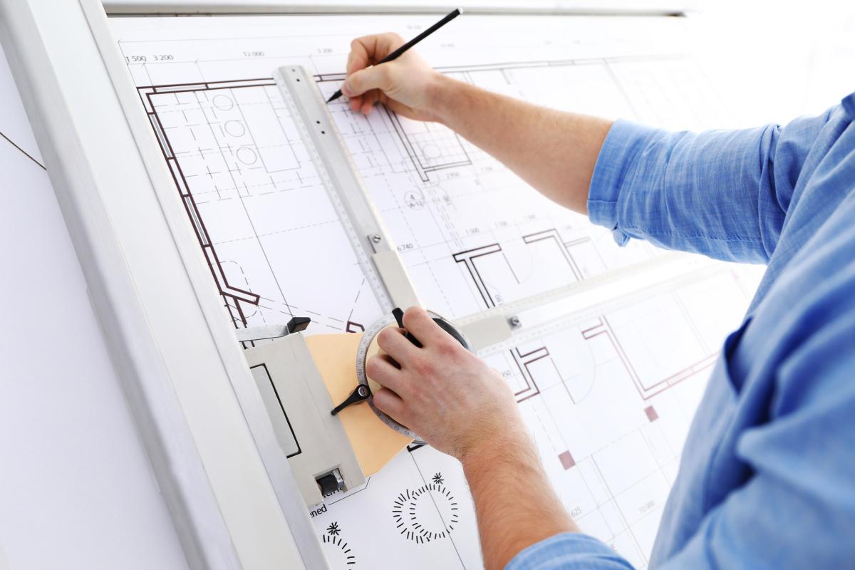 Résidence Automne à Rennes – Architecte en train de travailler sur des plans