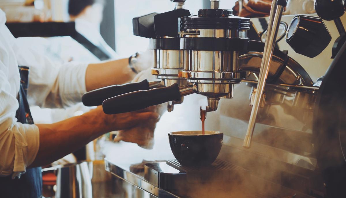 Legendre Immobilier – Barista faisant du café