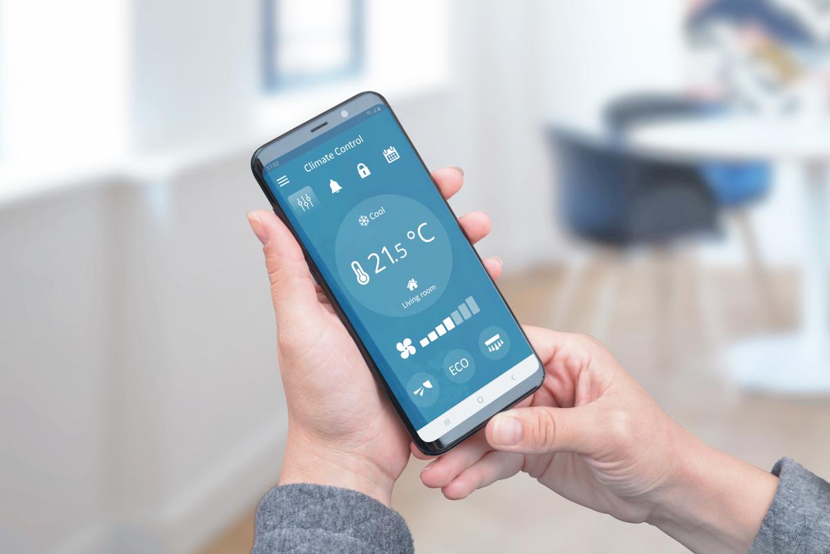 Immeuble écologique – Personne qui consulte son système domotique sur son smartphone