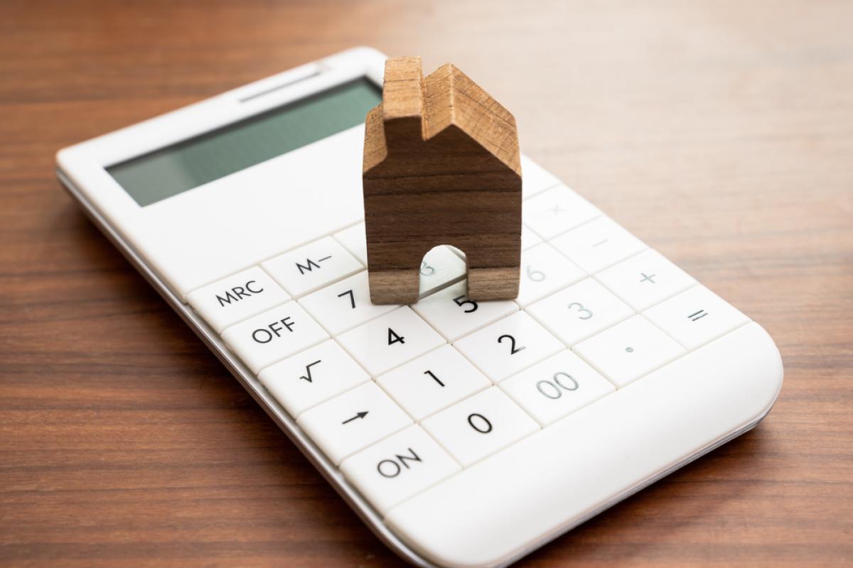 Les politiques publiques à Rennes - Maison de bois sur une calculatrice