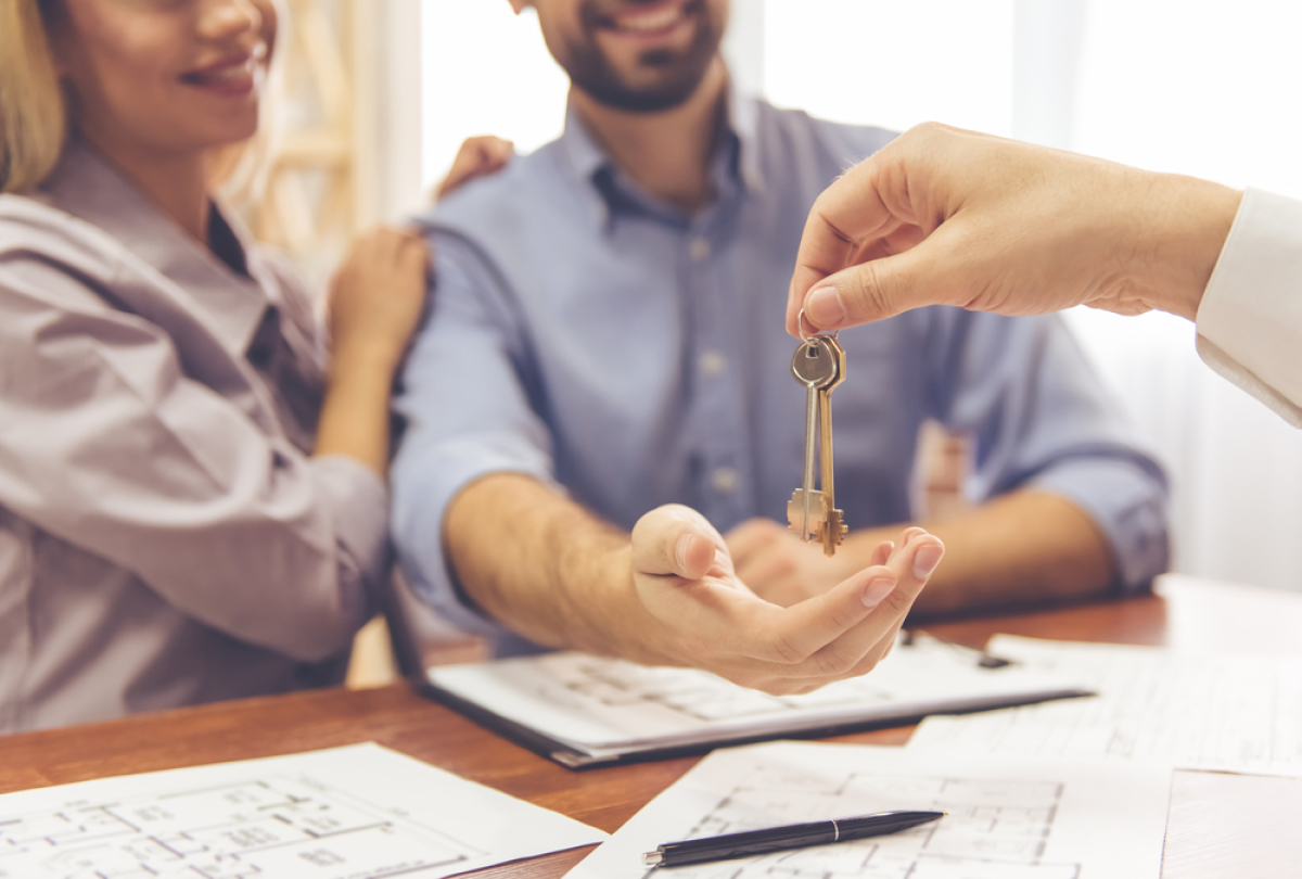 Politiques publiques à Rennes – Couple recevant les clés de son nouveau logement