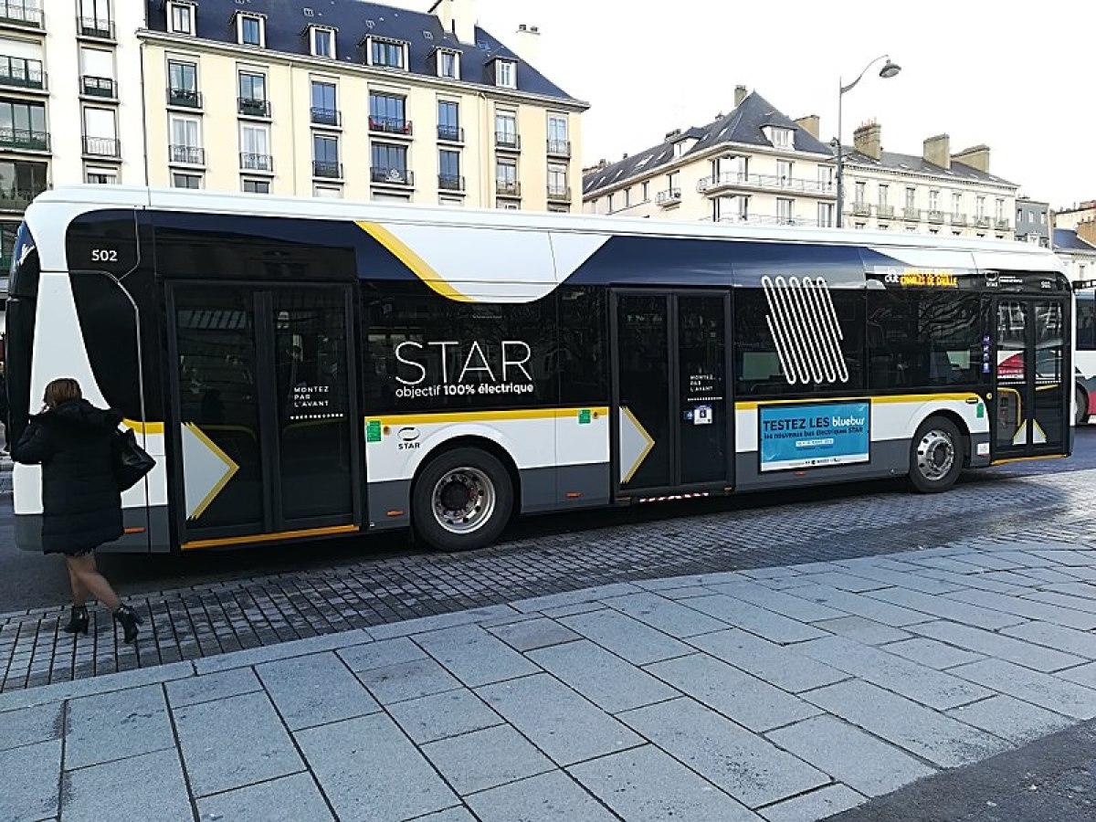 Politiques publiques à Rennes – Bus de la compagnie STAR garé place de la république à Rennes