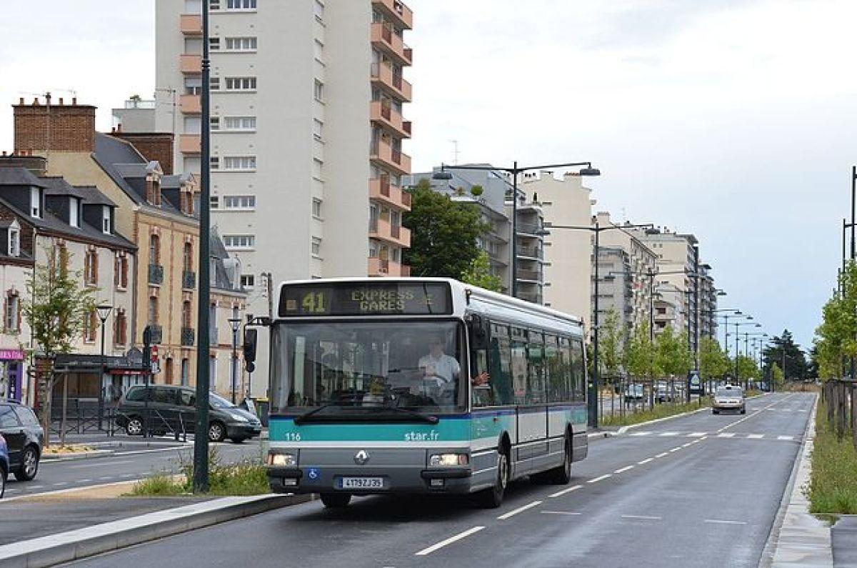 Transports en commun à Rennes - Bus derrière la place de la République et le Palais du Commerce à Rennes