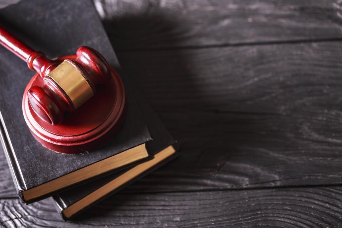 Loi 4D – Marteau de juge posé sur des livres de droit