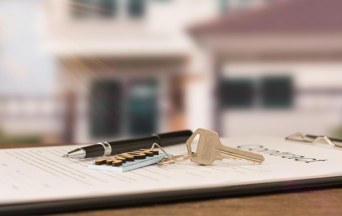 Loi 4D - Clés d'un logement et stylo posés sur un contrat de location