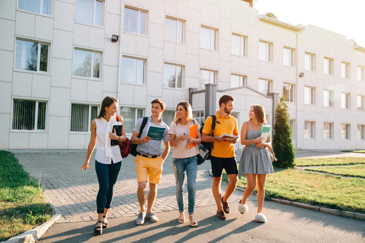 Investir à Rennes – Etudiants ayant fini les cours devant l'université