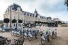 Vue d'un bâtiment historique de Rennes avec des vélos