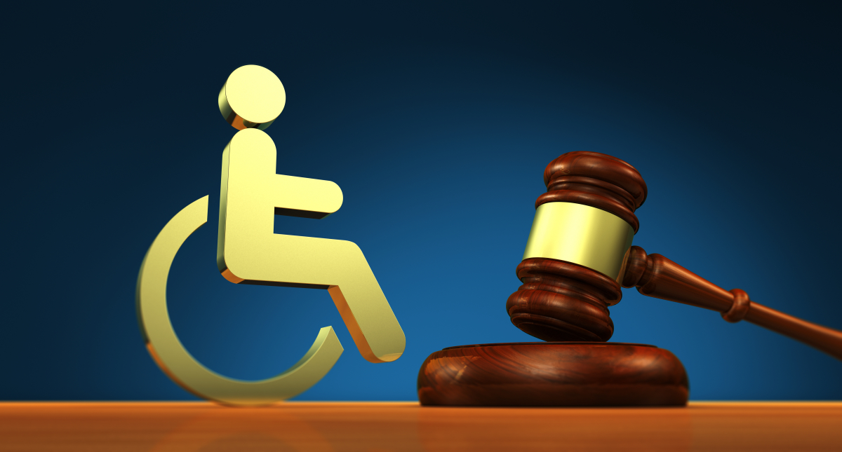 logement évolutif – symbole d'une personne handicapée en fauteuil et d'un marteau de juge