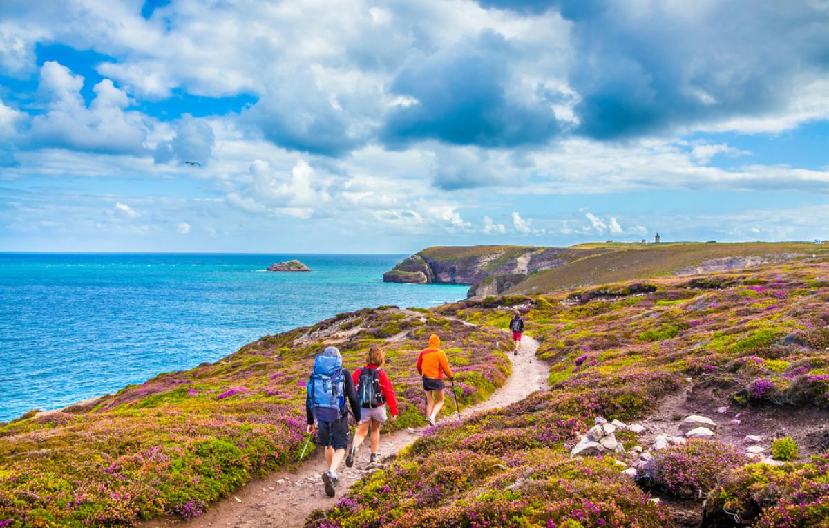 Immobilier Bretagne – vue sur des touristes sur les côtes bretonnes sur la péninsule du Cap Frehel