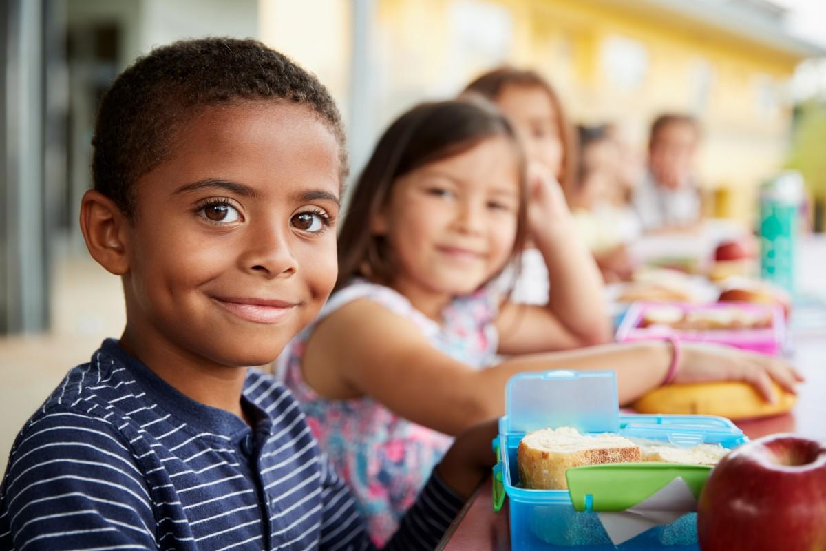 Les meilleures écoles de Rennes - enfants qui mangent à la cantine de l'école