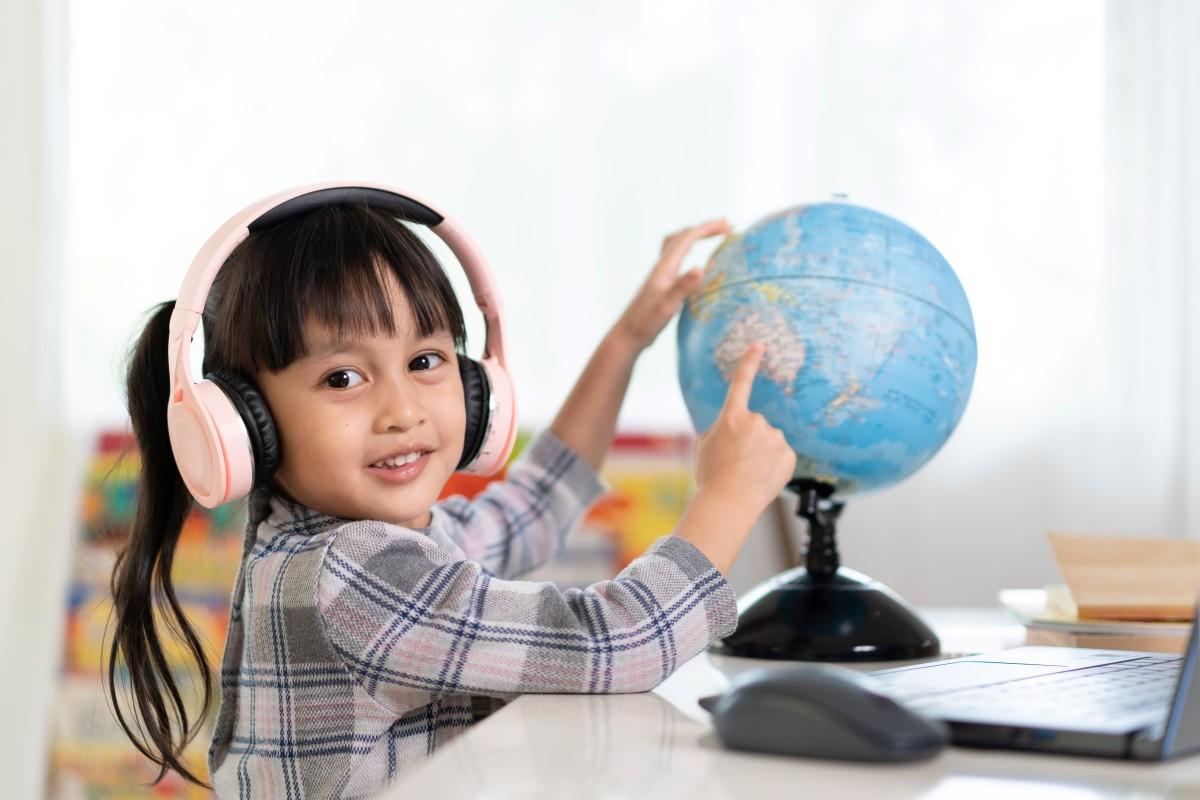 Les meilleures écoles de Rennes - enfants qui pointe un pays sur un globe
